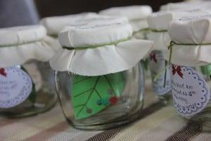 Raupe im Glas – süße Einladung für die Raupenparty