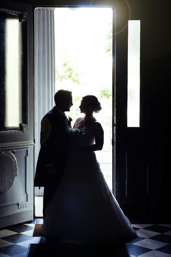 Brautpaar im Gegenlicht
