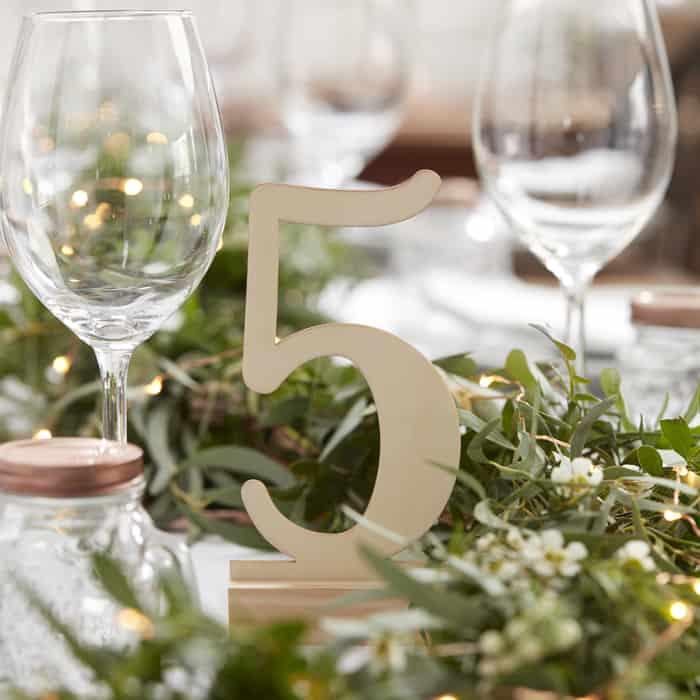 Tischdekoration Holzzahlen Hochzeit