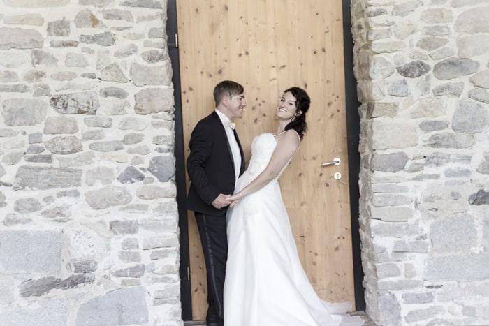 Bild Brautpaar Steinmauer