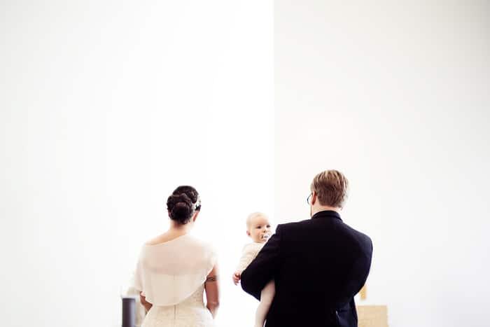 Hochzeitspaar mit Baby