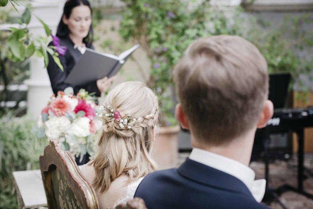 Traurede bei einer freien Hochzeit